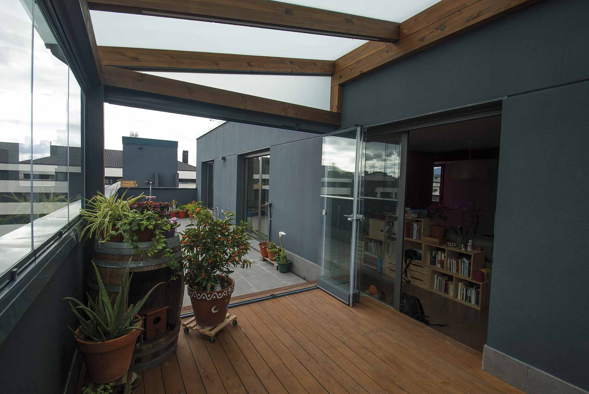Cerramientos de cristal y ventanas para porches de jard n ticos terrazas y balcones - Cerramientos de terrazas de aticos ...