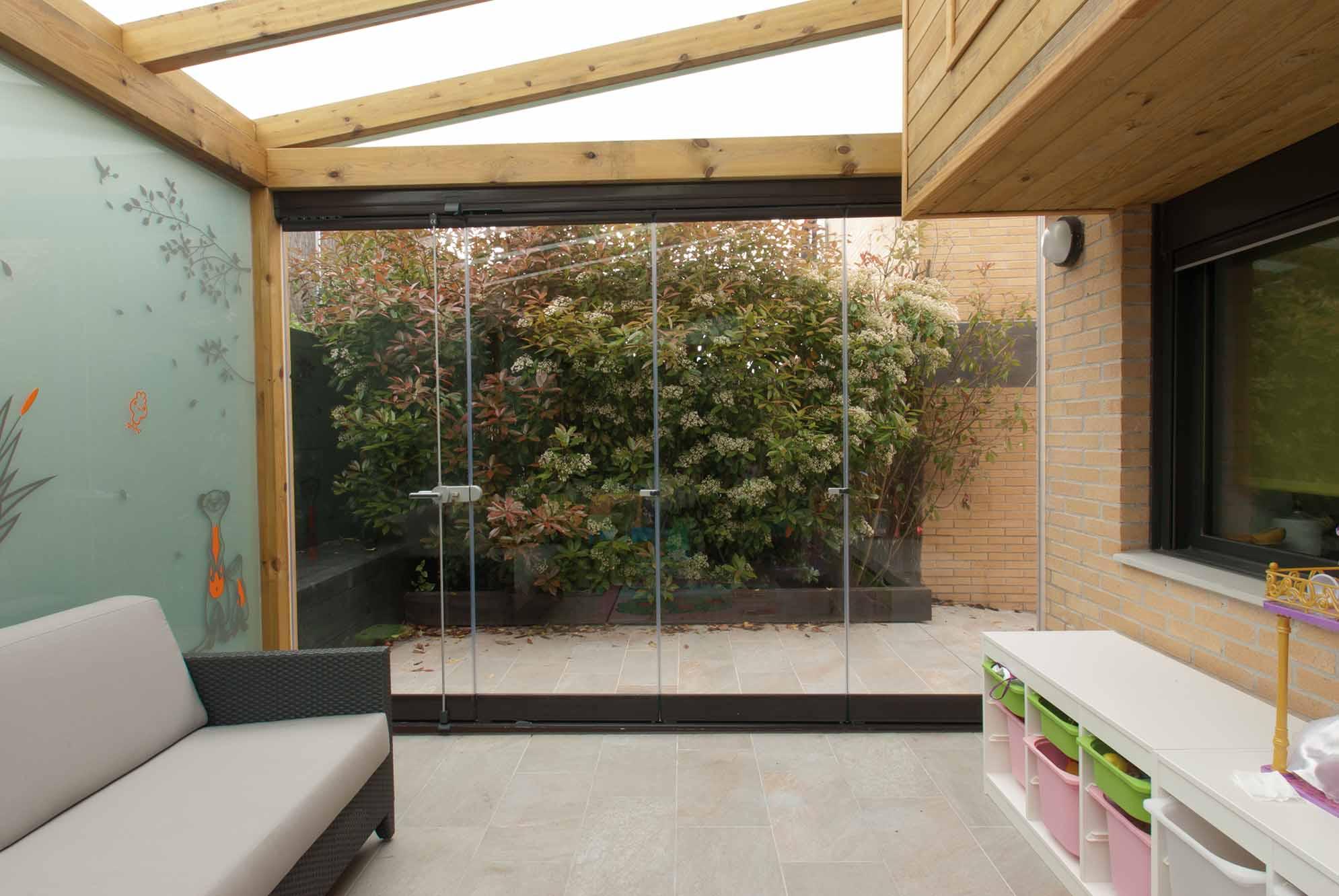Cerramientos de cristal y ventanas para porches de jard n for Cerramientos para jardines