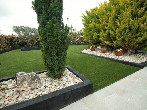 Jardín de bajo mantenimiento con césped artificial