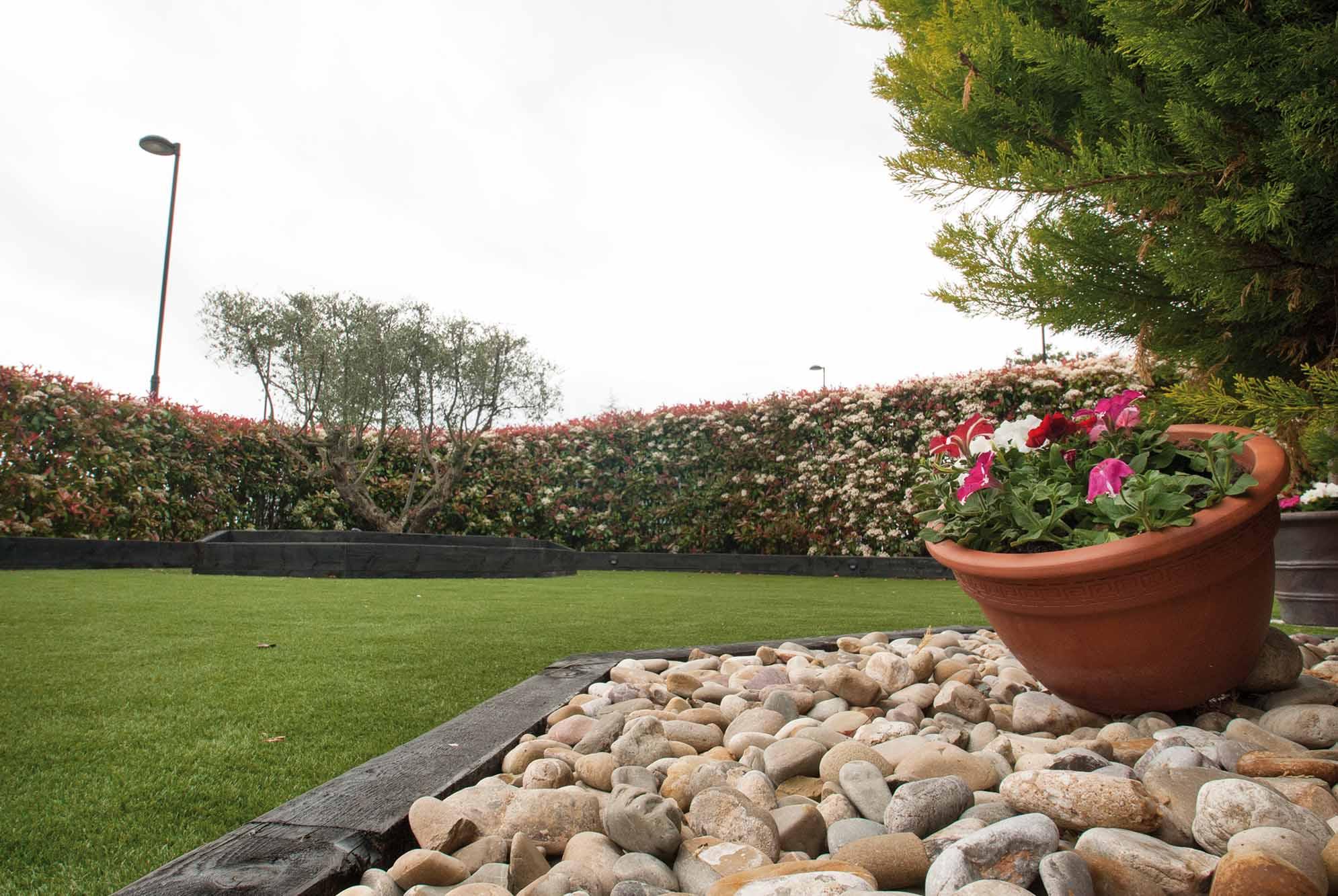 Jard n de bajo mantenimiento con c sped artificial for Jardines de bajo mantenimiento