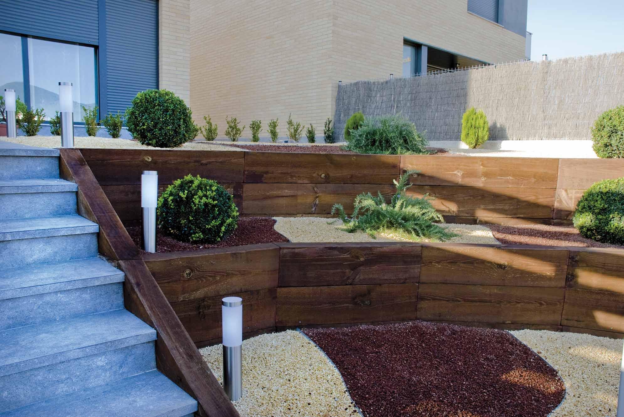 Terrenos dif ciles jardines en desnivel proyectos echarri for Escalera de jardin de madera