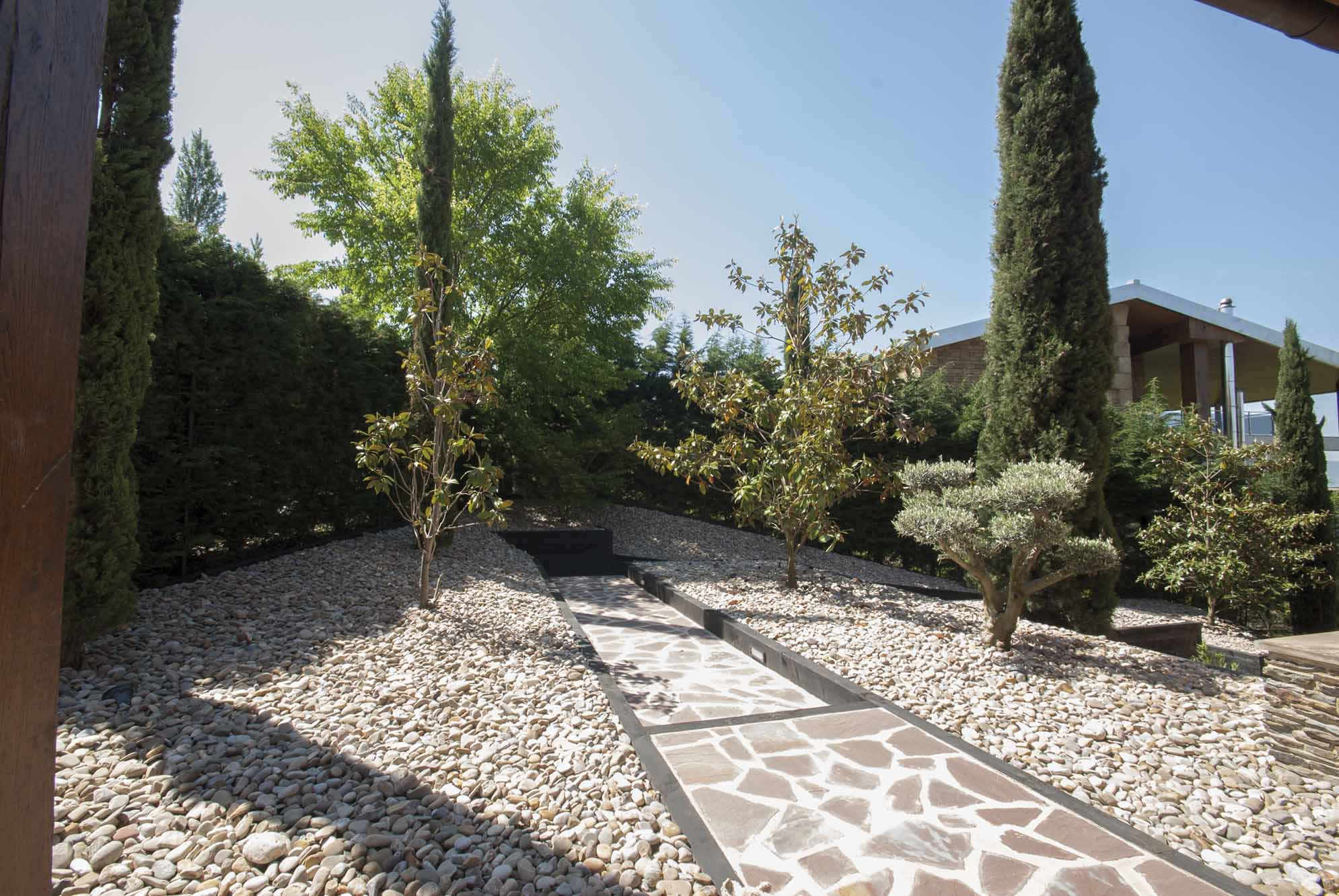 jardin-desnivel-traviesas-madera-5