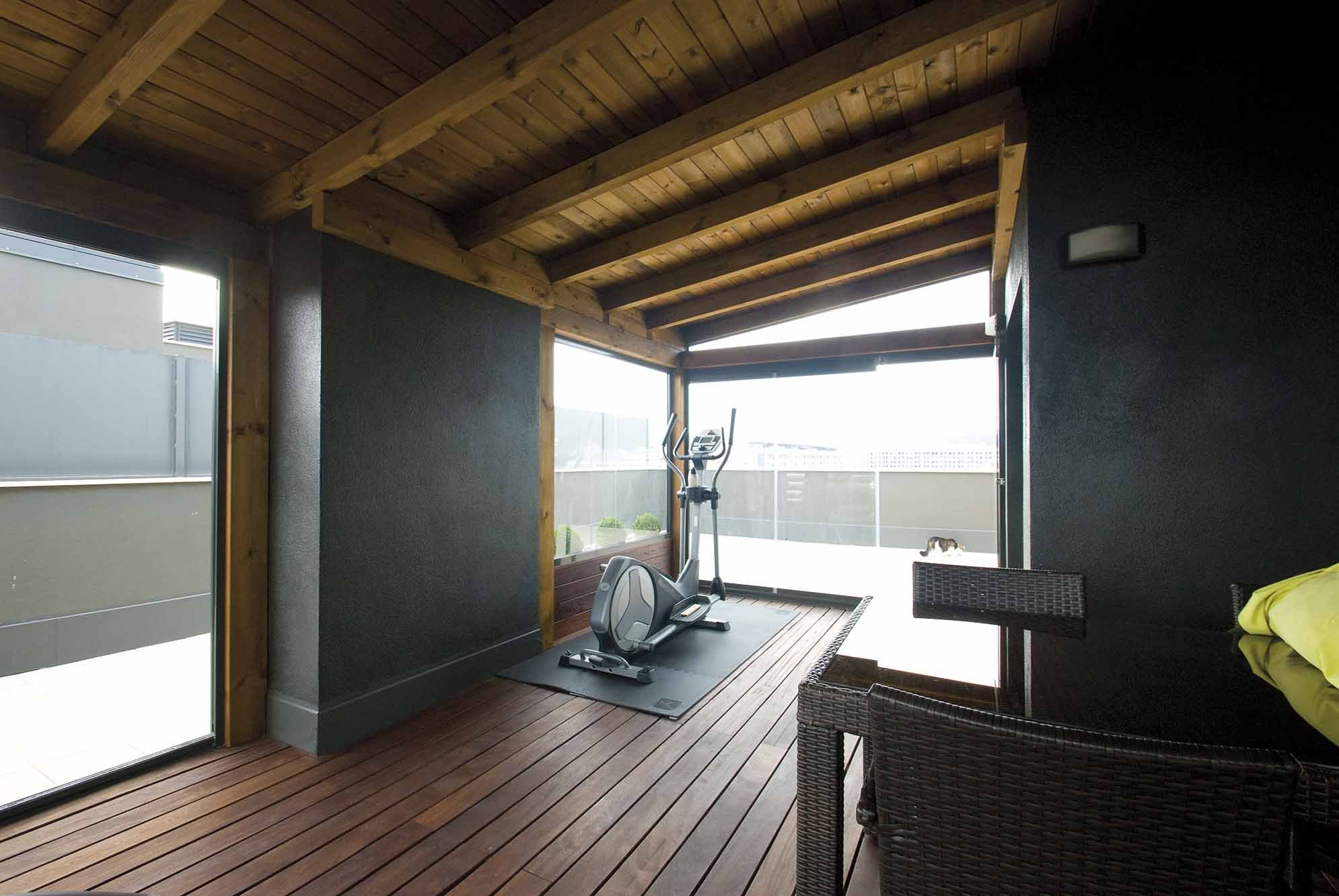 Porche de madera con cubierta de madera de pino