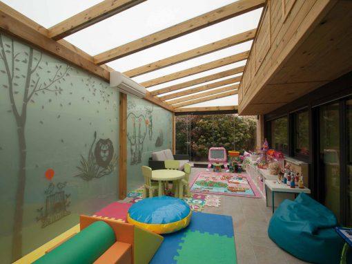 Porche de madera con techo y pared de cristal y cerramiento Lumon