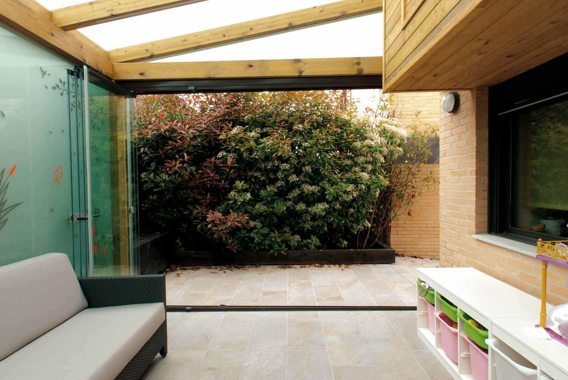 Porche de madera con techo y pared de cristal y - Porches de madera y cristal ...