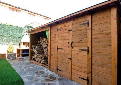 Caseta de madera y leñera