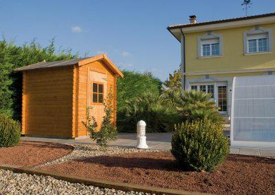 Jardín de bajo mantenimiento con caseta de madera