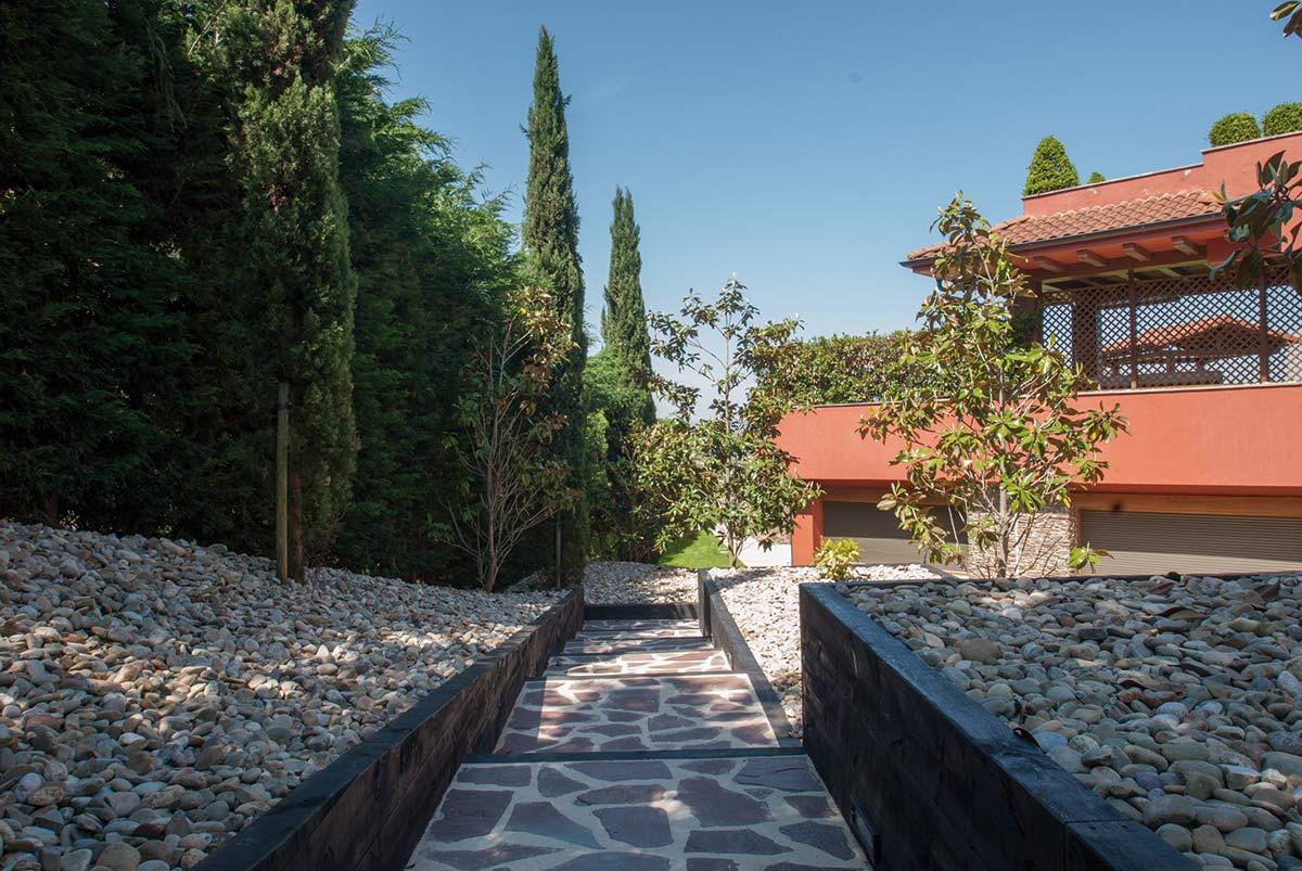 escalera-jardin-bajo-mantenimiento