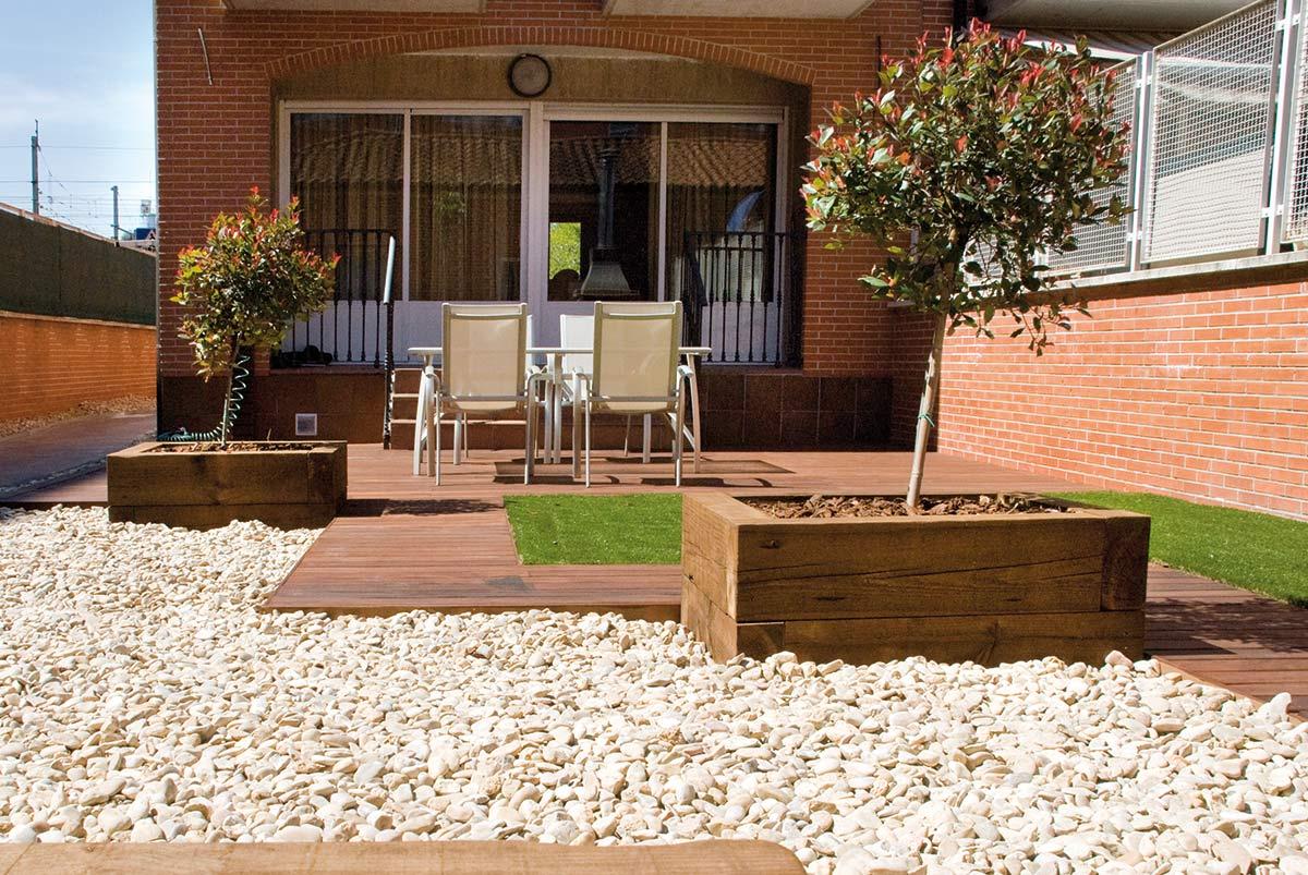 jardin-bajo-edificio-madera