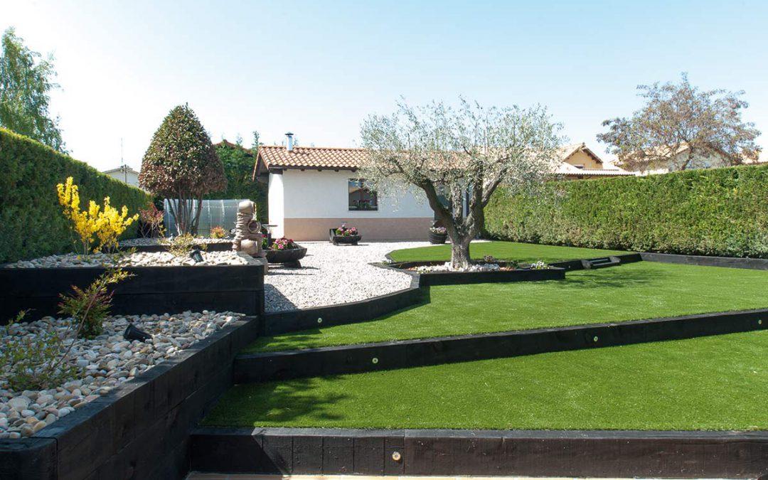 Jardín con césped artificial, traviesas, áridos, jardineras…