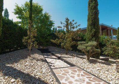 Jardín de áridos y pergola de madera