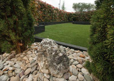 Jardín bajo mantenimiento y suelo cerámico