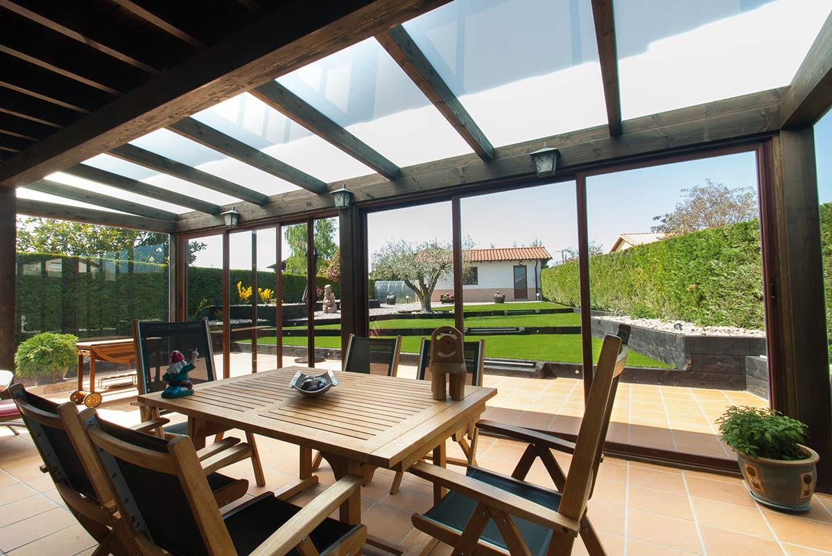 Porche de madera con ventanas de aluminio correderas