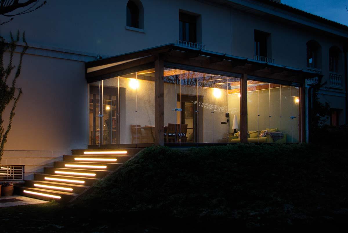 porche-cristal-escalera-nocturno