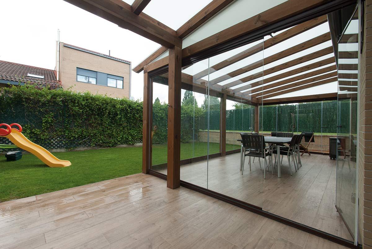 Porche de madera con cerramiento de cristal lumon for Cerramientos para jardines