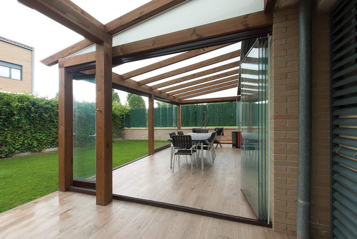 Porche de madera con cerramiento de cristal lumon for Porche jardin madera