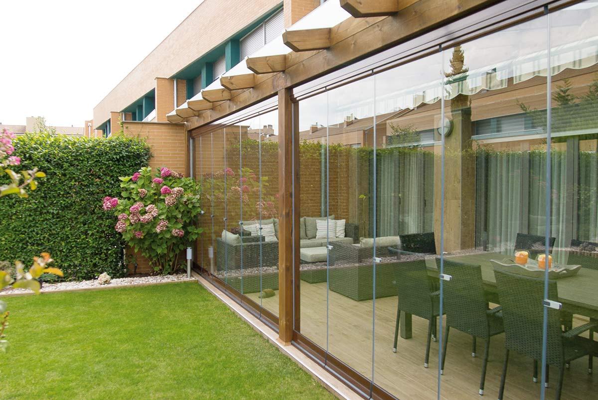 Porche con cortinas de cristal lumon proyectos echarri - Porches de madera y cristal ...