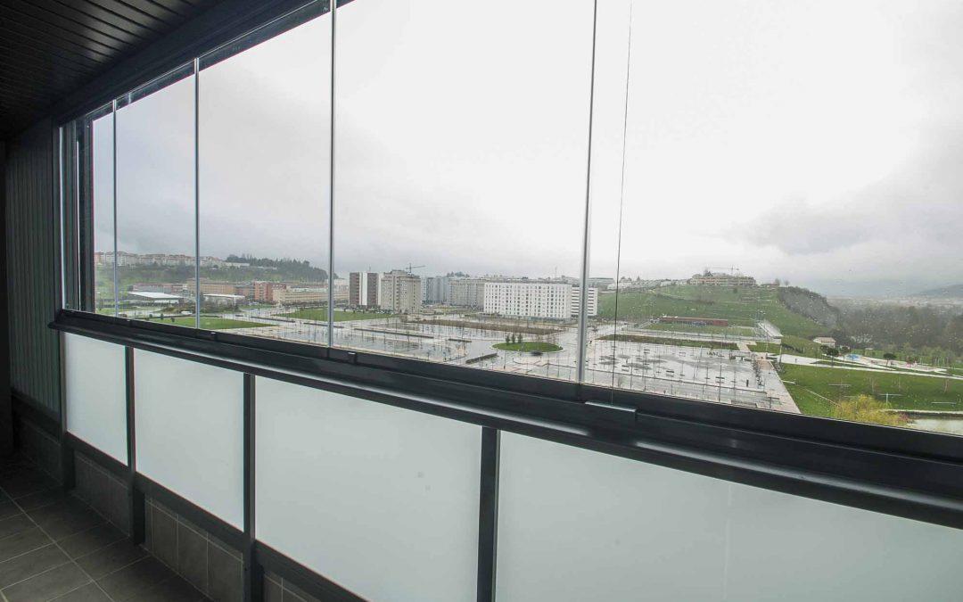 Cerramiento cristal en balcón con cortinas de cristal Lumon