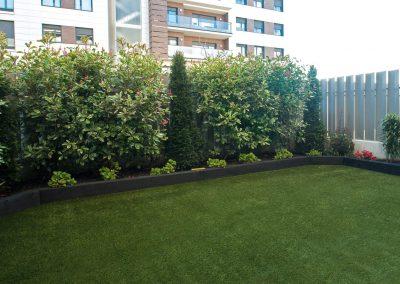 Jardín en planta baja de edificio