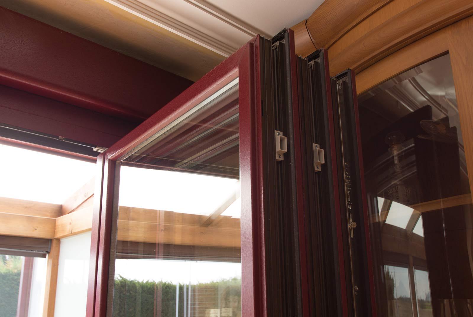 Detalle de la esquina del ventanal PVC abierto