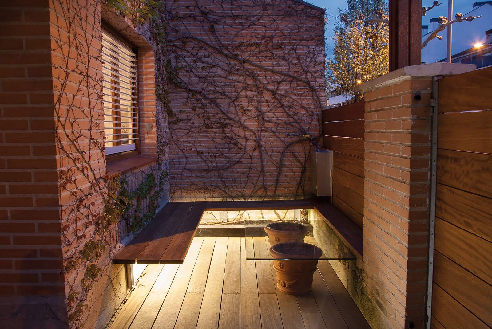 iluminacion-jardin-noche-tarima-natural-1