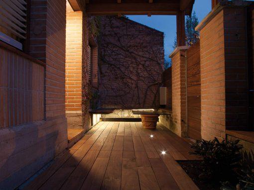Jardín con iluminación nocturna