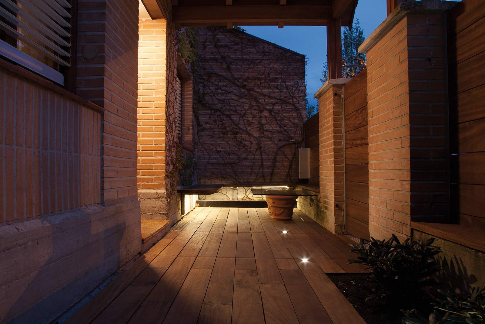iluminacion-jardin-noche-tarima-natural-10