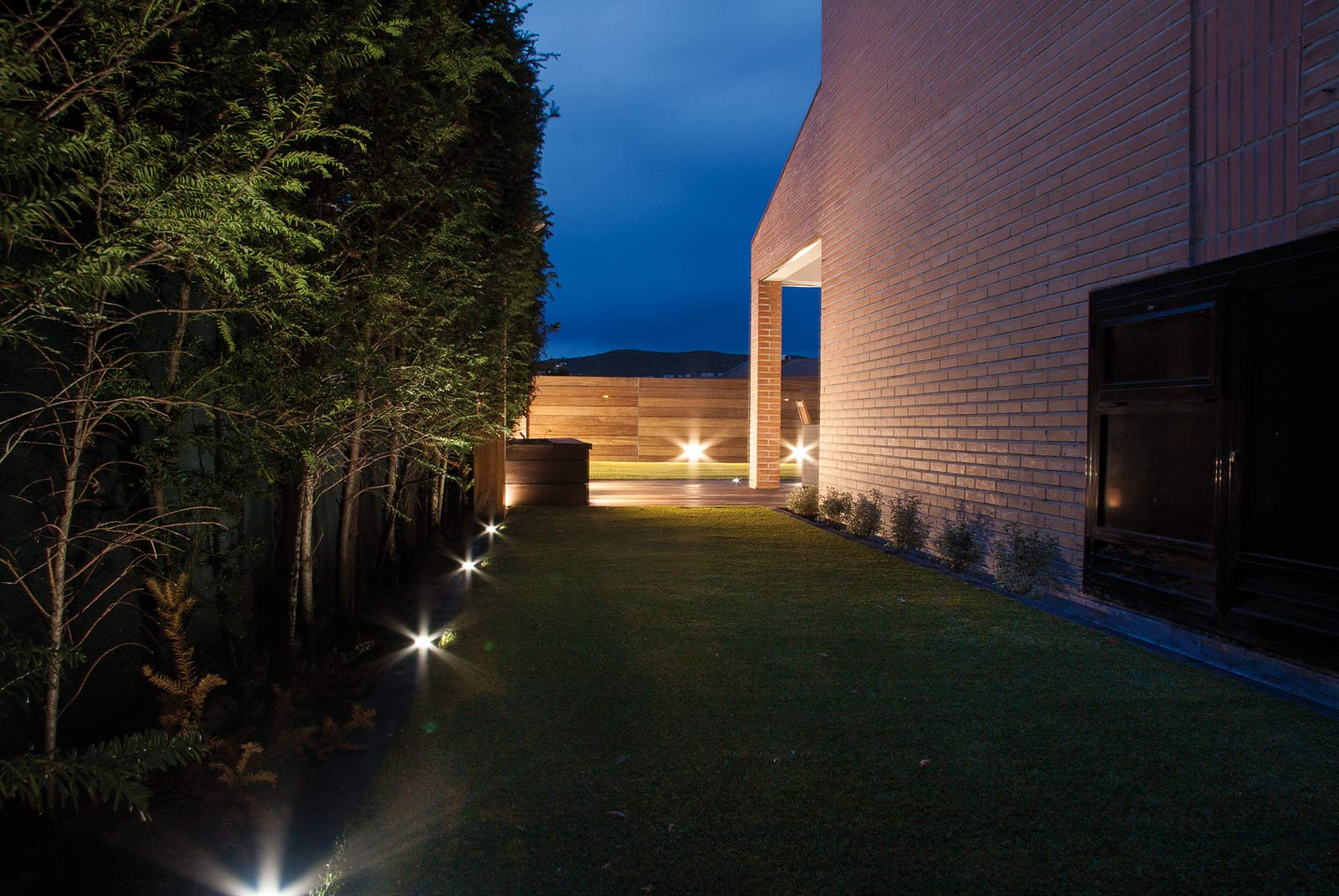 iluminacion-jardin-noche-tarima-natural-2