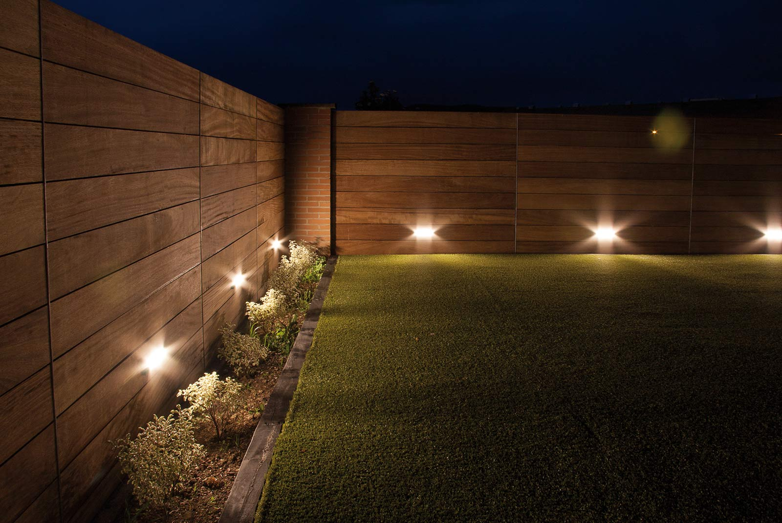 Jard n con iluminaci n nocturna proyectos echarri for Luces para jardin sin cables