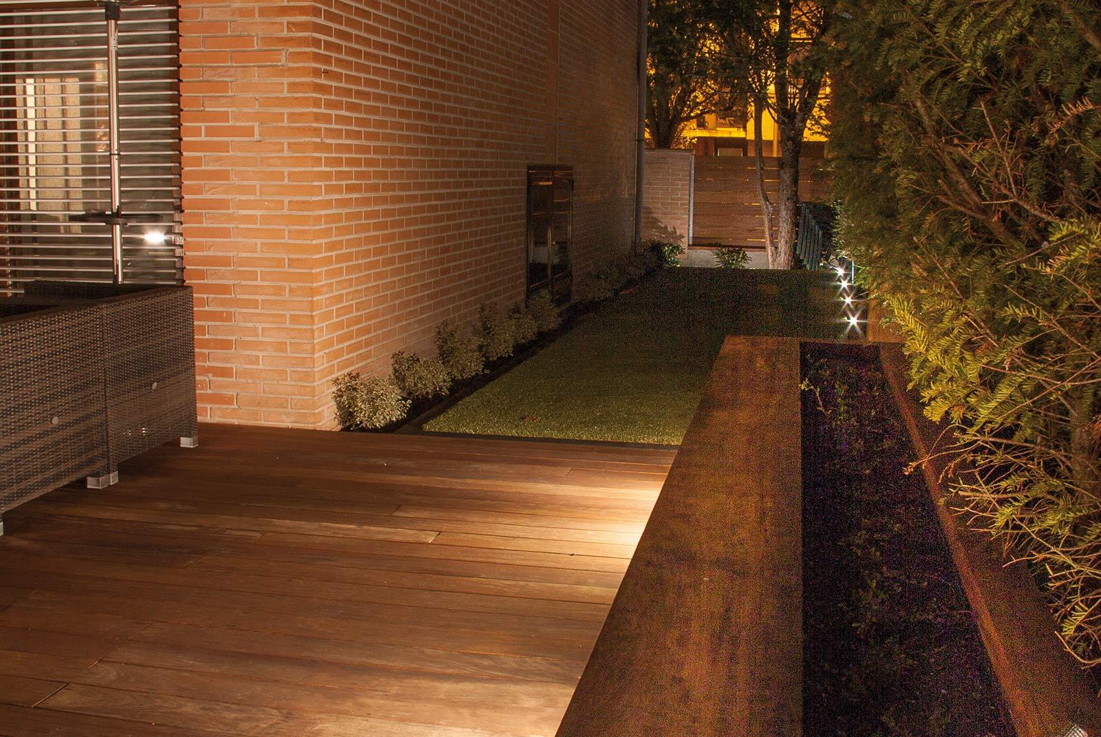 iluminacion-jardin-noche-tarima-natural-8