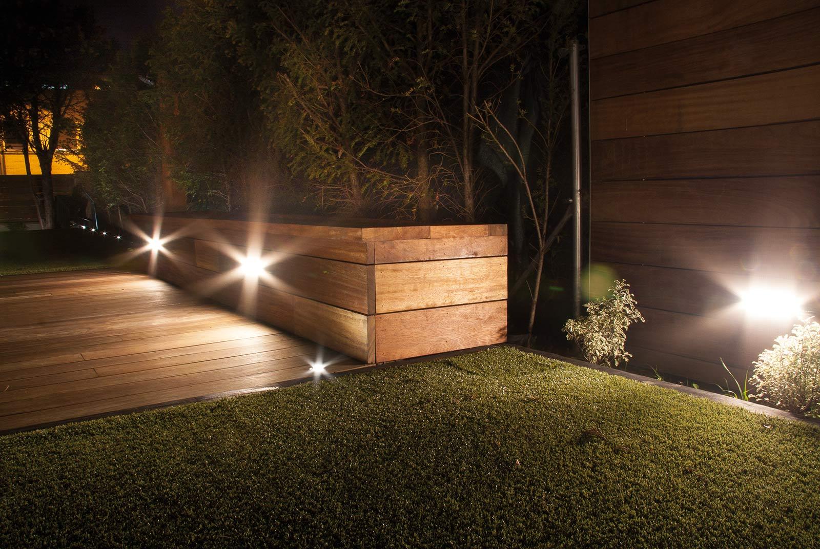 Tarima para suelos de exterior y frisos proyectos echarri for Iluminacion exterior jardin