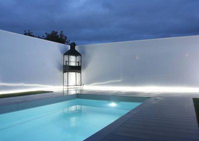 Iluminacion en jardín de unifamiliar con piscina