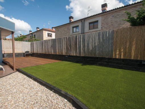 Extenso jardín con césped artificial, tarima, áridos… | Proyectos ...