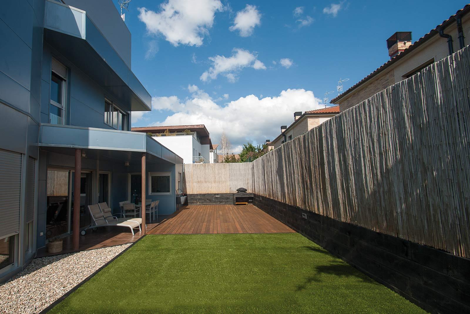 jardin-cesped-artificial-tarima-traviesas-15