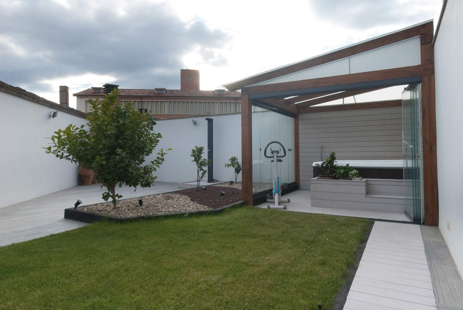 Jard n con porche y jacuzzi proyectos echarri for Jacuzzi jardin segunda mano exterior