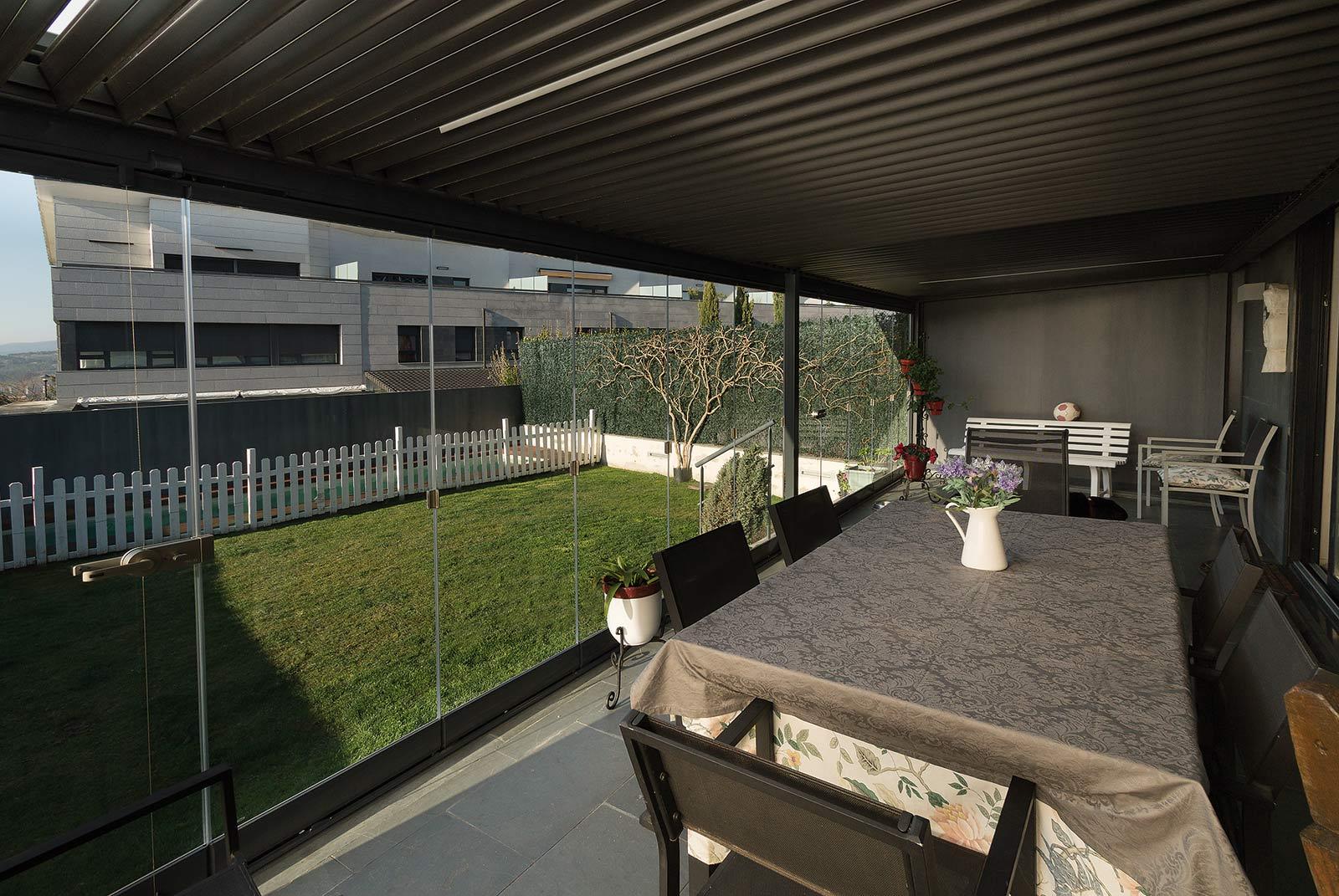 Interior del porche de acero y cristal