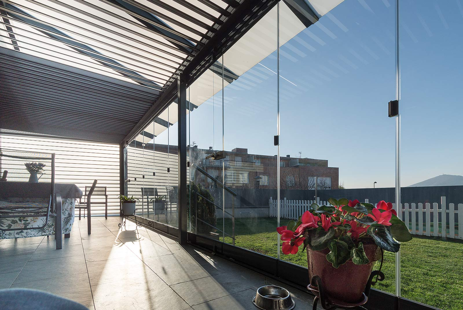 Interior del porche de acero y cortinas de cristal