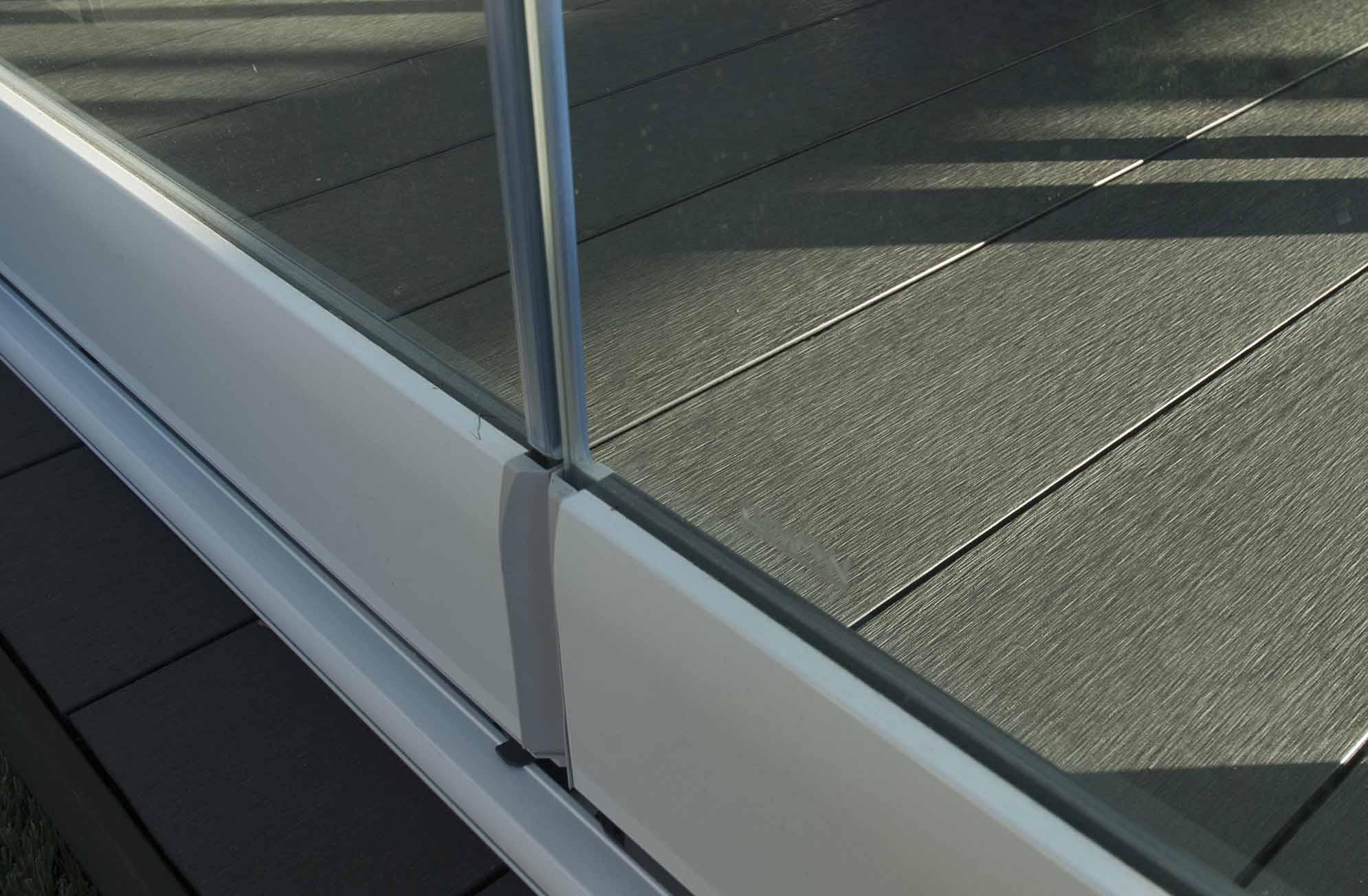 Tarima del porche acristalado en terraza de ático