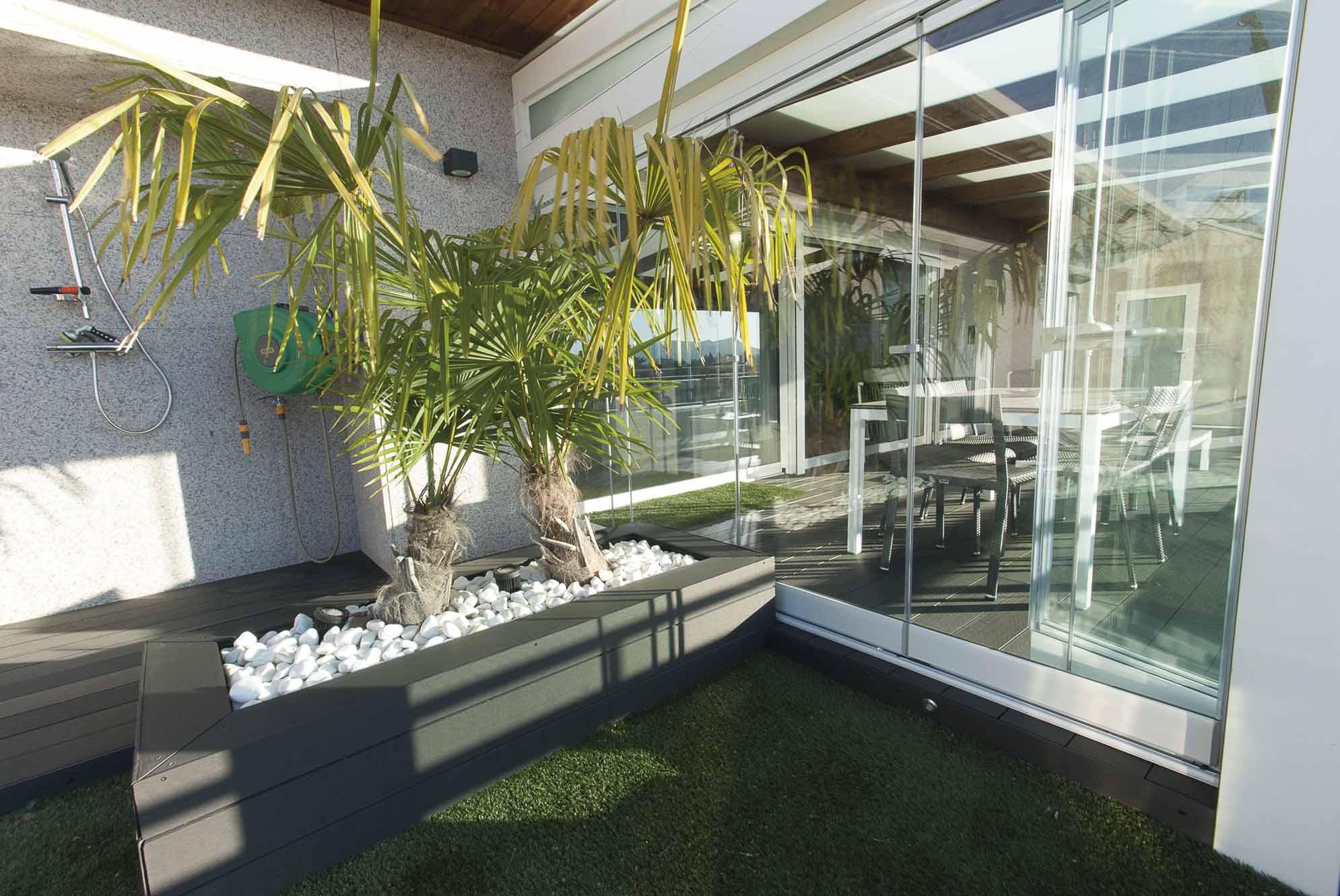Palmera y porche acristalado terraza de ático Pamplona