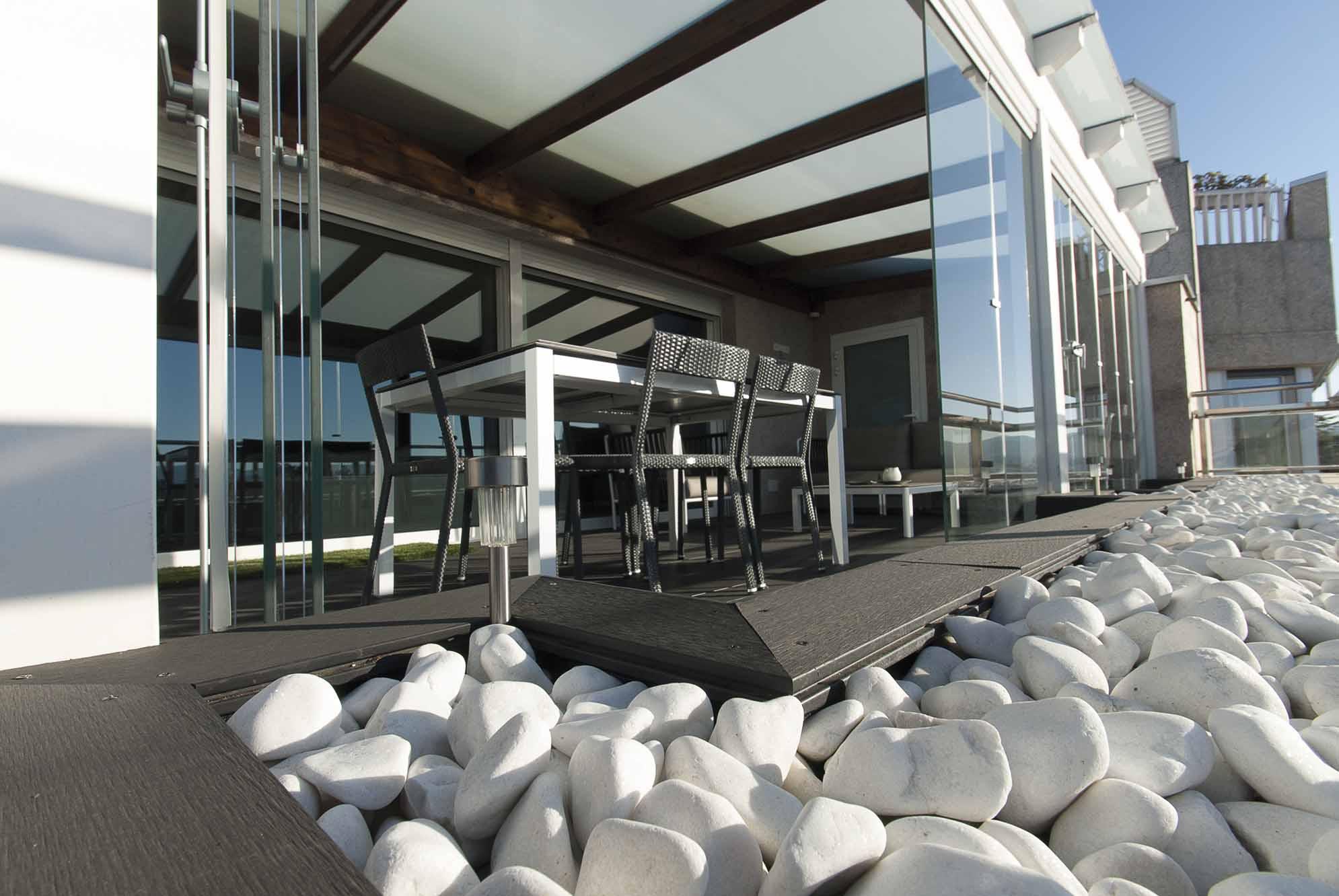 Un jard n con porche acristalado en la terraza de un tico - Estanque terraza piso ...