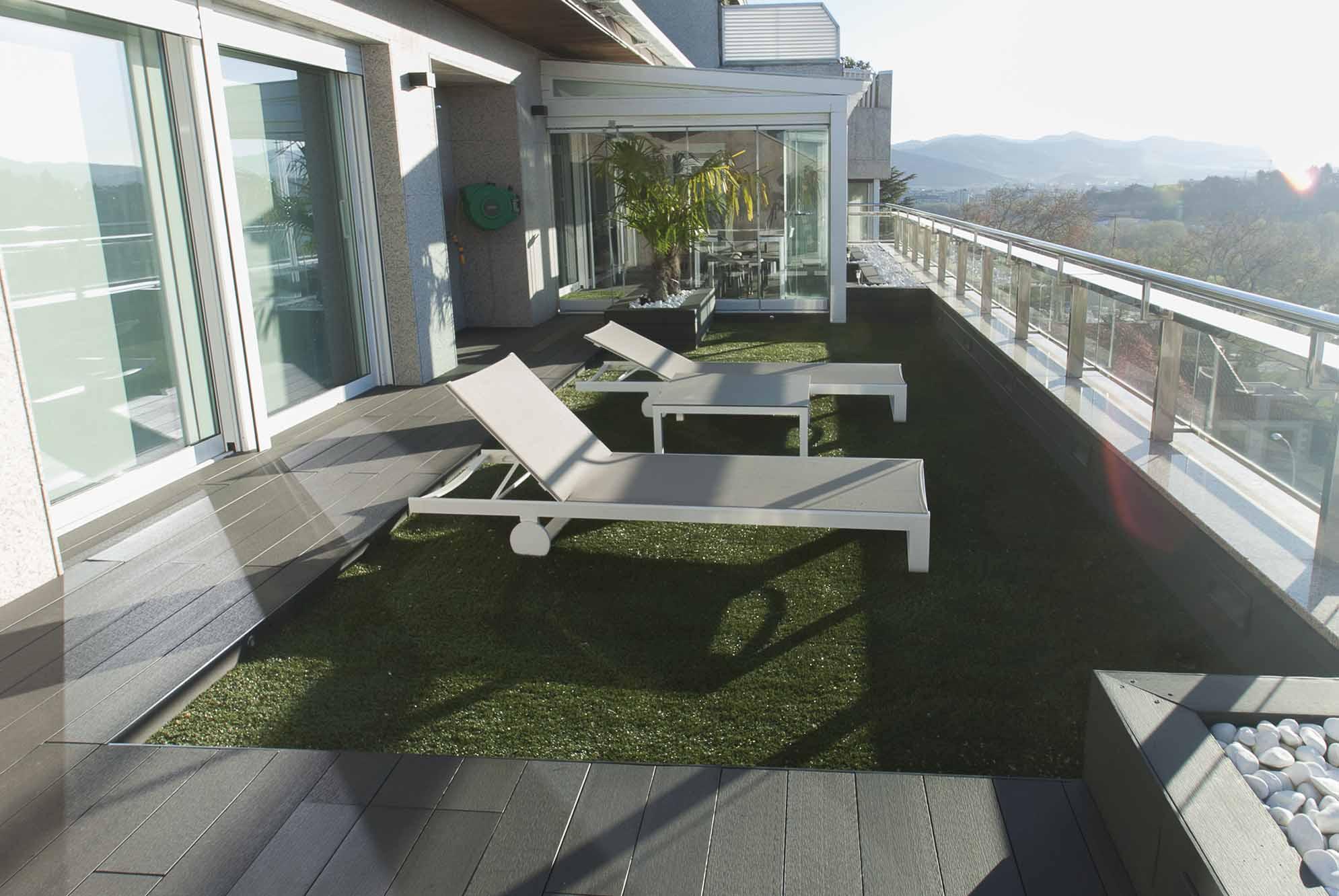 Vista completa del porche y jardín en la terraza de ático Pamplona