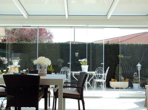 Porche de aluminio acristalado con cortinas de cristal Lumon
