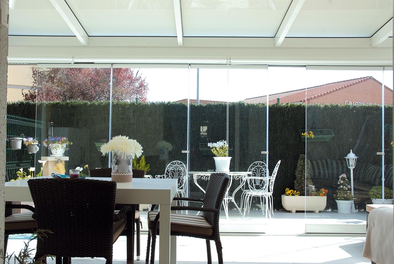 Porche de aluminio y cortinas de cristal