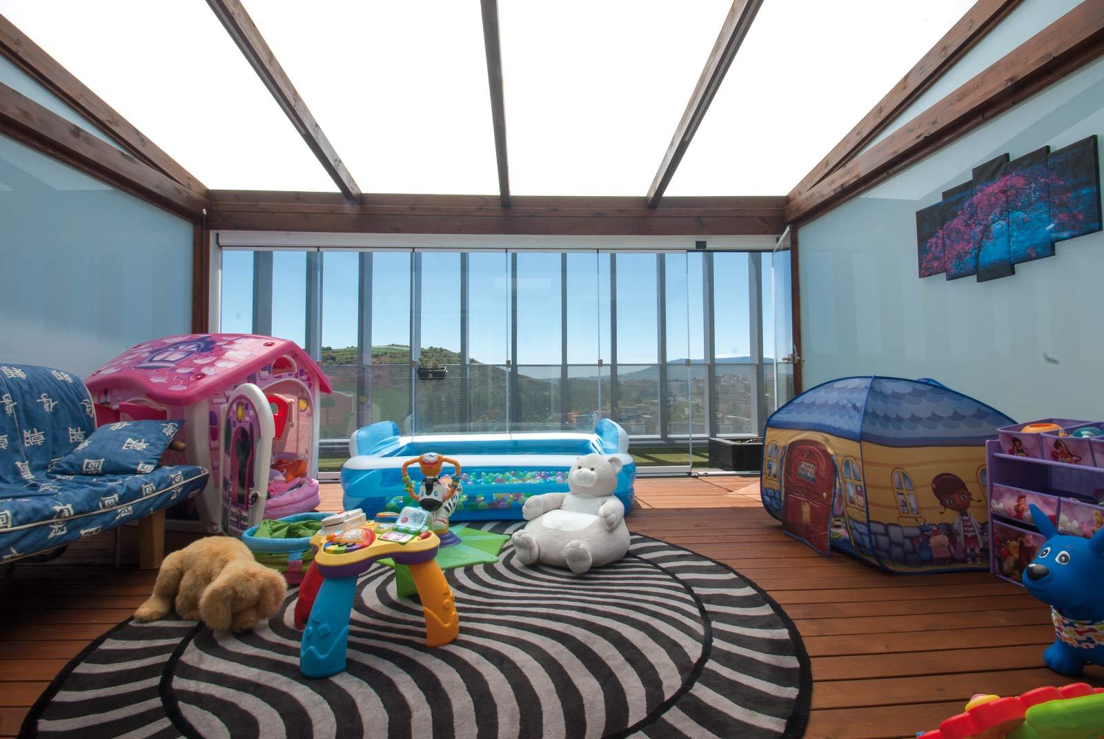 Interior porche de madera y cristal en terraza de ático de Pamplona