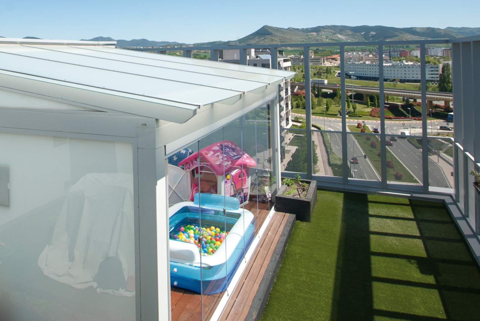 Vistas porche de cristal en terraza ático de Pamplona