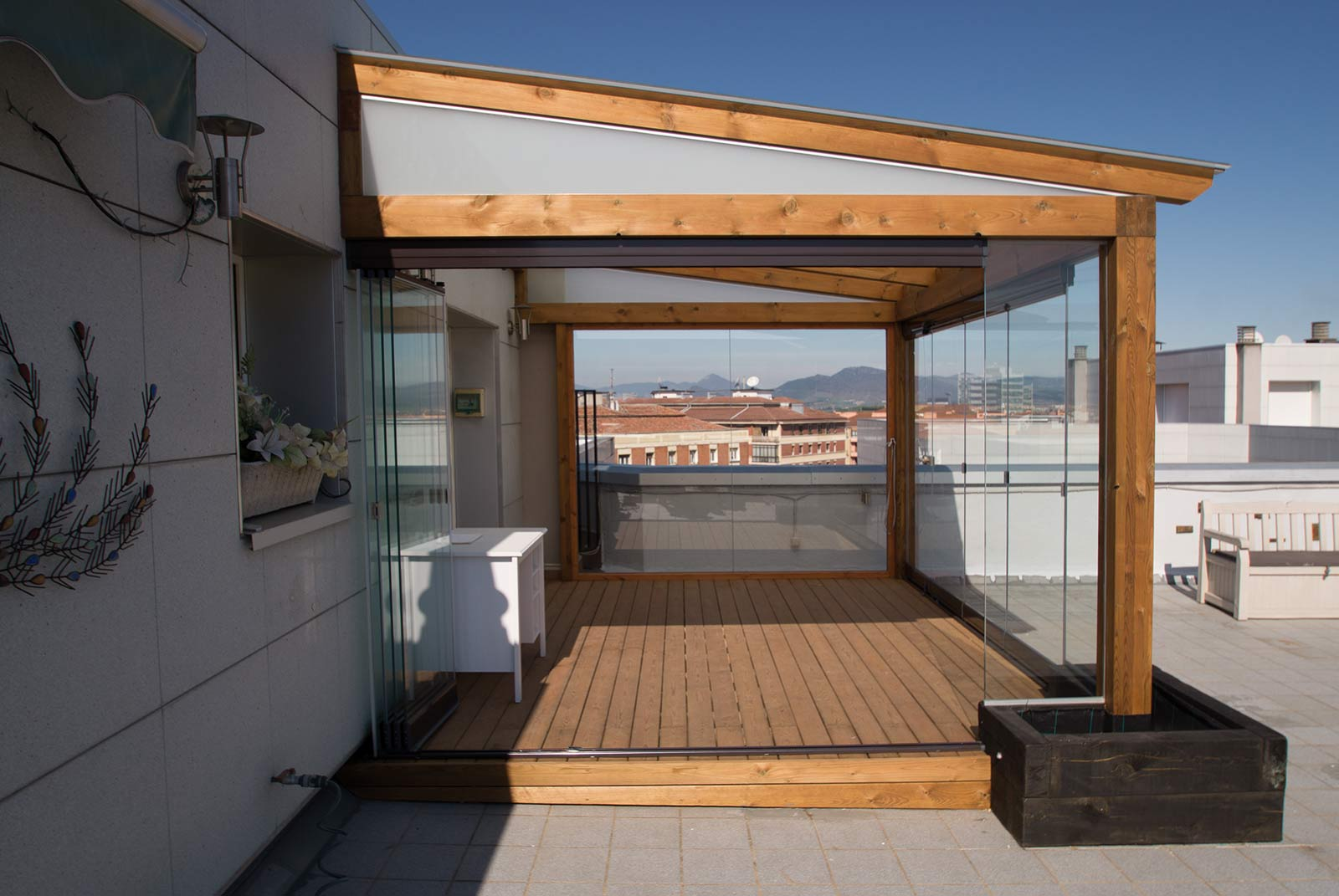 Porche acristalado en terraza de ático de Pamplona