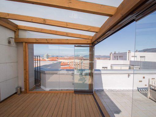 Porche acristalado en terraza de ático