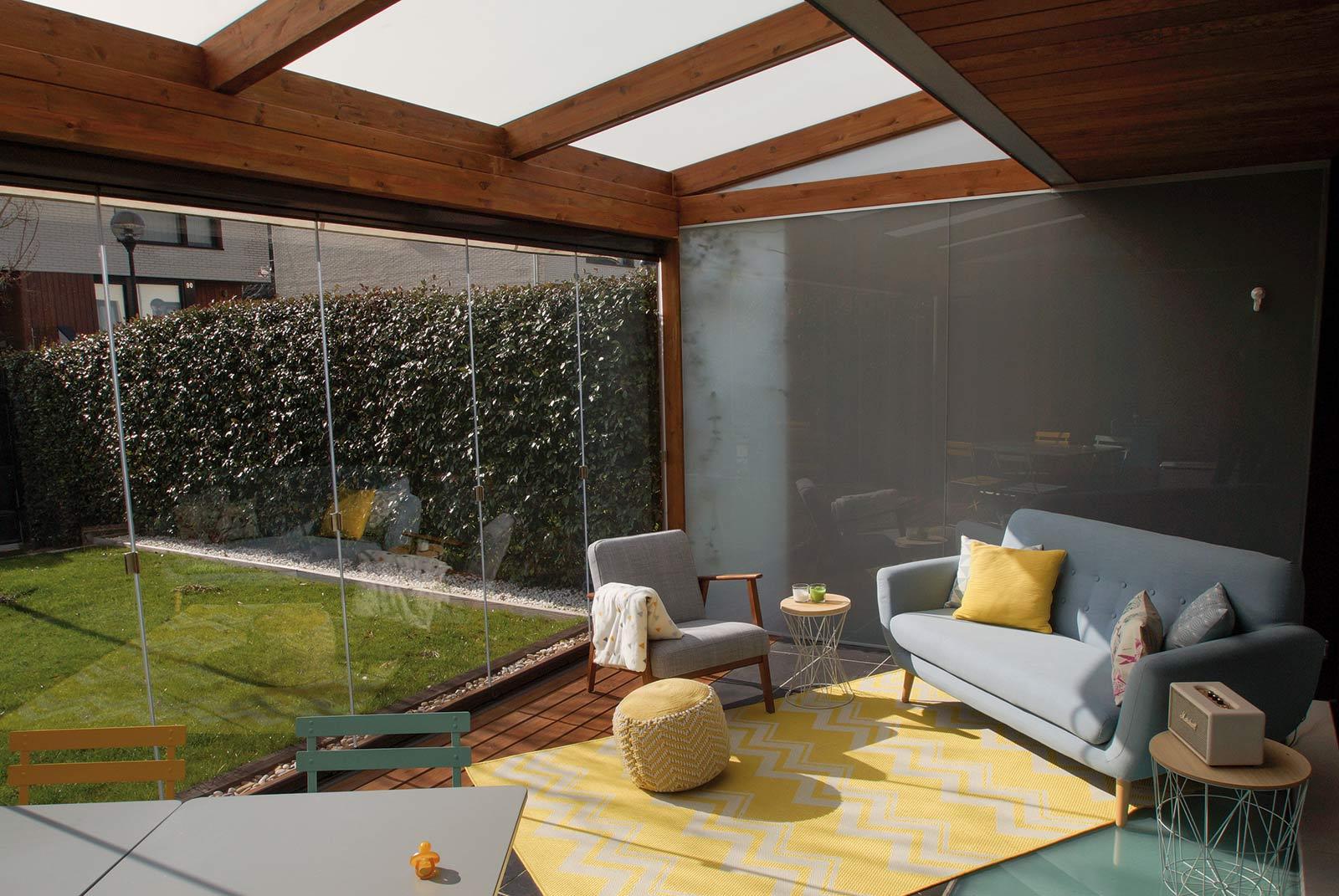 Porche de madera estilo moderno en jardín