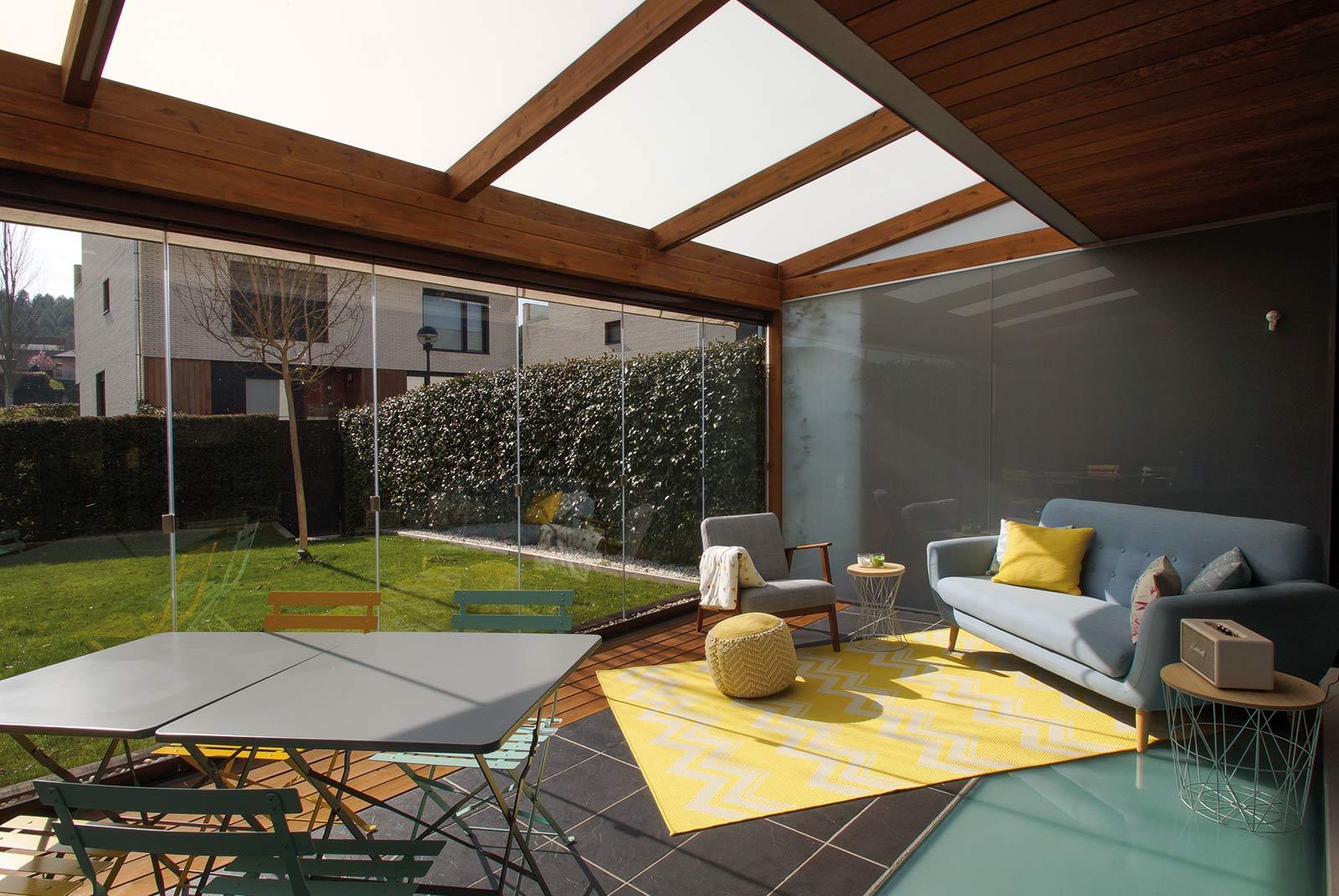 Porche de madera de estilo moderno con cortinas de cristal