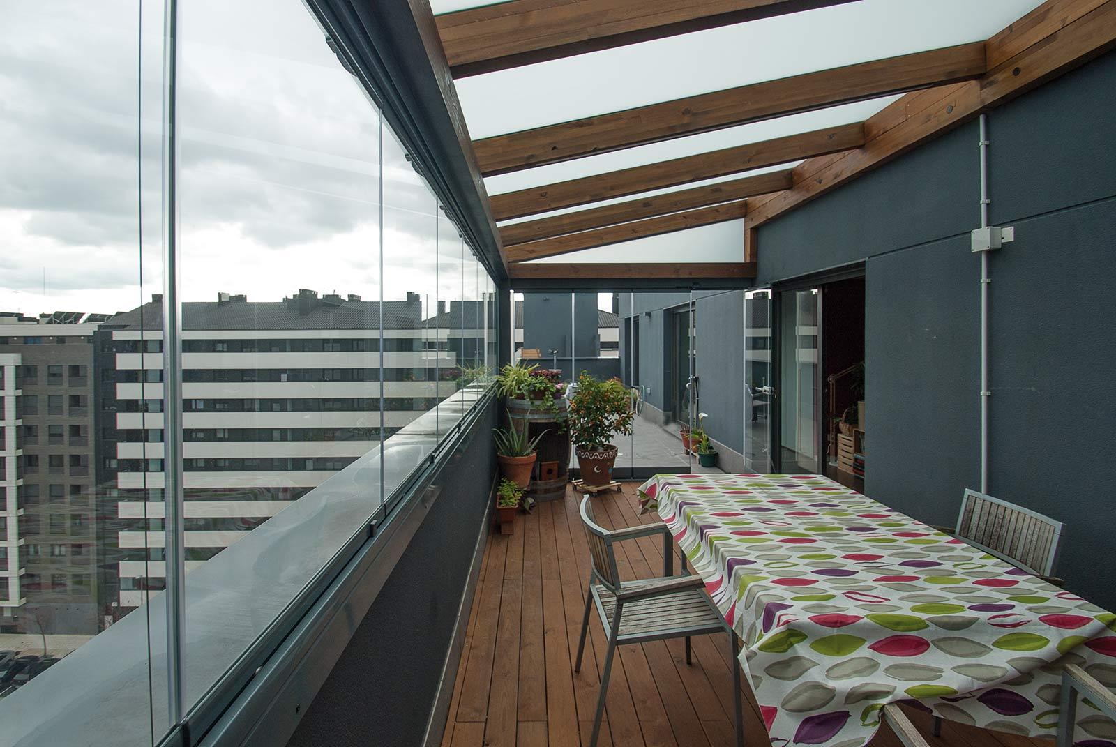 Pergolas para terrazas de aticos trendy decoracion terraza atico diseno cama balanceante madera - Toldos para aticos ...